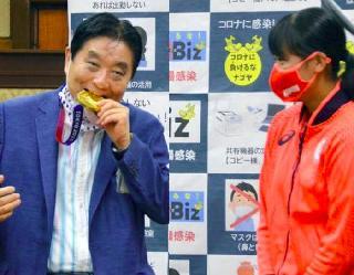 Tokyo Olympics: जापान के मेयर ने दांत से काटा गोल्ड मेडल, खिलाड़ी को अब दूसरा दिया जाएगा पदक