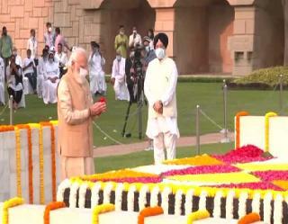 Mahatma Gandhi Jayanti 2021: पीएम मोदी ने राजघाट पर गांधी जी को किया याद, राहुल गांधी ने भी दी श्रद्धांजलि