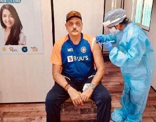 Ind vs Eng: टीम इंडिया के कोच रवि शास्त्री ने लगवाया कोरोना टीका, शेयर की तस्वीर