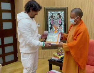 CM योगी से सिंगर साेनू निगम ने की मुलाकात, अयोध्या के बाद अब कल जाएंगे काशी विश्वनाथ