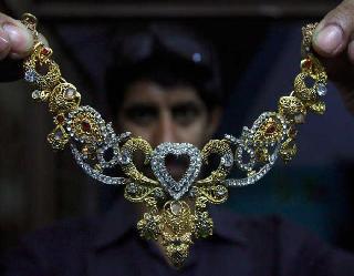 सोना 169 रुपये उछला, चांदी 396 रुपये महंगी