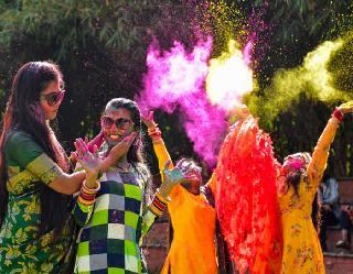 Holi 2021: मेष राशि वाले खेलें लाल रंग से, तो मकर वालों के लिए नीला रंग, अपनी राशि के अनुसार चुनें होली का रंग