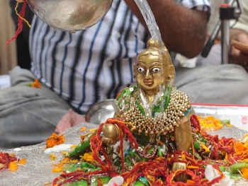 Krishna Janmashtami 2019: 23 अगस्त को साधु संत और 24 अगस्त को ग्रहस्थ लोग ऐसे मनाएं जन्माष्टमी